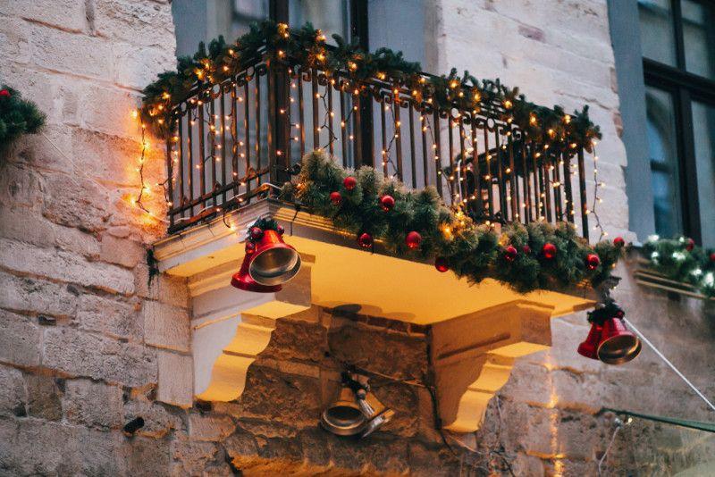Esempio di balcone addobbato per Natale